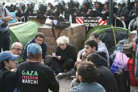 Les militants français devant l'ambassade de France au Caire