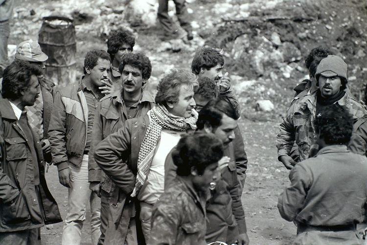 George Hawi (avec le keffieh), visitant un camp d'entraînement communiste au sud-Liban