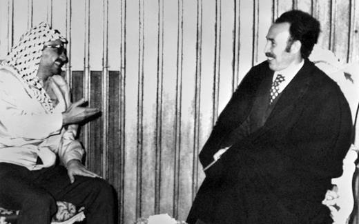 Le président algérien, Houari Boumédiène, et le président de l'Organisation de libération de la Palestine, Yasser Arafat, le 18 novembre 1974 (AFP)