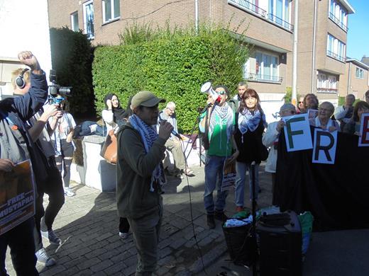 Avec nous, pour la libération de Mustapha, Marie-Claire porte la lettre R, de FREE MUSTAPHA