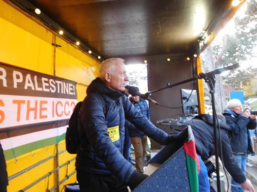 Le Pr. Christophe Oberlin prenant la parole devant la CPI à La Haye lors du rassemblement du 29 novembre 2019, parlant sur les massacres à Gaza, des Palestiniens mutilés, handicapés à vie, et de l'ensemble des conséquences sanitaires catastrophiques du blocus de Gaza (Photo : Capjpo – Europalestine