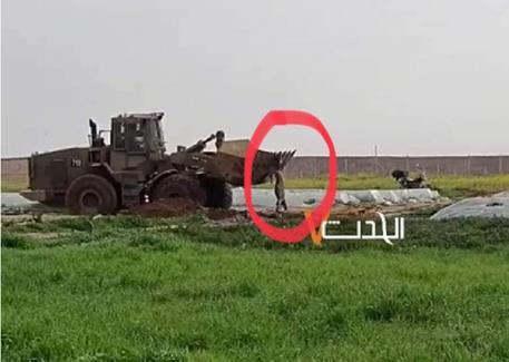 Scène d'horreur : Les soldats qui manœuvrent le bulldozer roulent sur le corps de l'homme blessé et le jettent sur le sol « pour confirmer sa mort ».