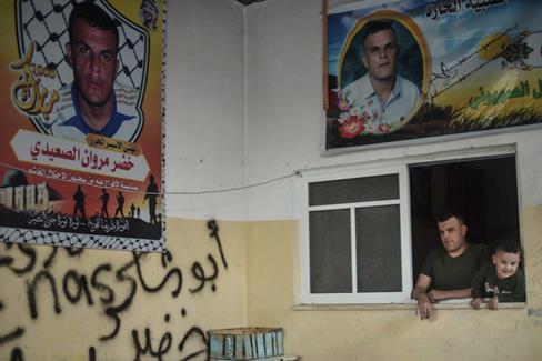 Des affiches célébrant la libération du pêcheur Khader al-Saidi sont placardées dans sa maison. (Photo : Abed Zagout The Electronic Intifada)