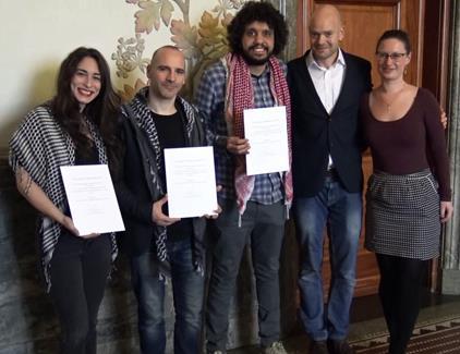 Février 2019. Les trois (inculpés) de Humboldt, Stavit Sinai, Ronnie Barkan et Majed Abusalama reçoivent un prix des mains de l'adjointe au maire de Copenhague pour les Affaires techniques et environnementales, Ninna Hedeager Olsen (tout à droite).