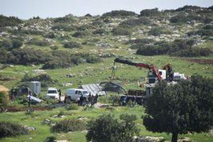 La confiscation à Khirbet Ibziq. (Crédit photo : 'Aref Daraghmeh / B'Tselem)