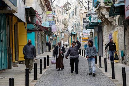 Mardi 19 mars 2020. Des Palestiniens déambulent dans une rue de Bethléem, en Cisjordanie. (Photo : Wisam Hashlamoun/Flash90)