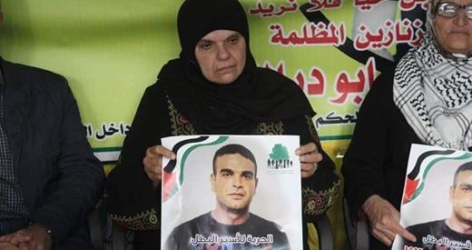 Amna Abu Diak aux funérailles de son fils, un des 222 prisonniers palestiniens mort en prison