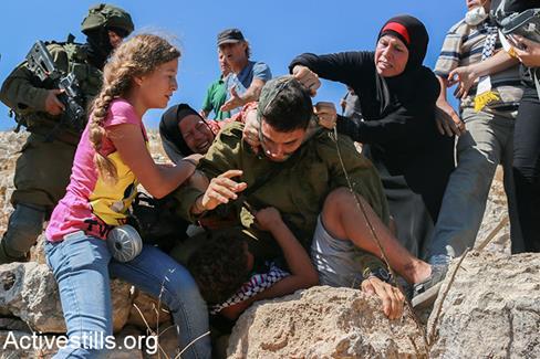 29 juillet 2018. Nariman Tamimi (à gauche), Bassem Tamimi (au centre) et Ahed Tamimi (à droite) parcourent Nabi Saleh après que Nariman et Ahed ont été relâchées d'une prison israélienne. (Photo: Oren Ziv)