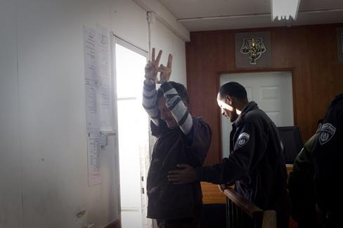 10 avril 2011. Bassem Tamimi emmené hors de la cour militaire d'Ofer, en Cisjordanie. (Photo : Activestills.org)
