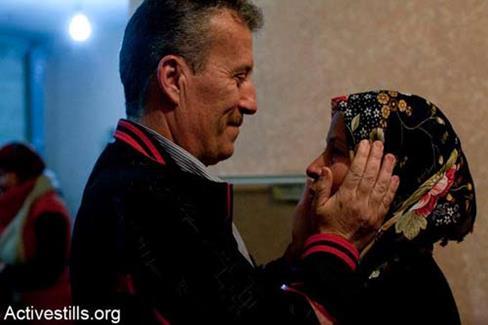 Bassem Tamimi retrouve son épouse Neriman chez lui à Nabi Saleh, le 10 février 2013 (Photo Keren Manor/ Activestills.org)