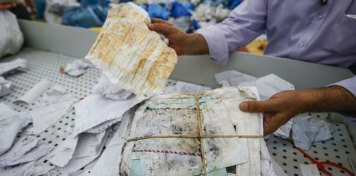 Ramadan Ghazawi tient un sac de courrier non délivré datant de 2010 ;Abbas Momani / AFP