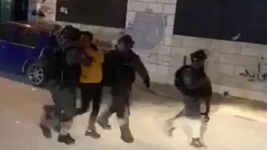 Cette semaine, la police en train d'arrêter un jeune à al-'Esawiyah. (Source : document vidéo d'un résident du quartier)