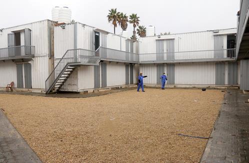 16 février 2020. Au passage frontalier de Rafah, dans le sud de la bande de Gaza, des employés du ministère palestinien de la Santé préparent des pavillons de quarantaine afin de tester l'éventuelle présence du coronavirus chez des passagers de retour de Chine. (Photo : Mariam Dagga / APA Images)