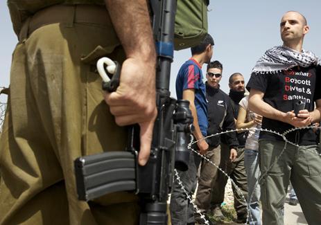 Ronnie Barkan en face de soldats israéliens