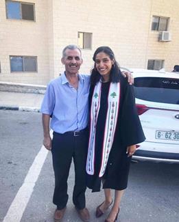 Samah avec son père, le jour de l'obtention de son diplôme, soit trois jours seulement avant son arrestation. (Photo : avec l'autorisation de la famille de Samah Jaradat)