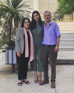 Samah en compagnie de sa mère et de son père. (Photo : avec l'autorisation de la famille de Samah Jaradat)