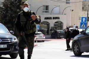 5 mars 2020. Des agents des forces sécuritaires palestiniennes portant des masques faciaux bloquent l'entrée de l'hôtel Angel dans la ville de Beit Jala, près de Bethléem. (Photo : Wissam Hashlamoun/Flash90)