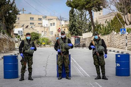 Bethléem, Cisjordanie, 19 mars 2020. Les forces de sécurité bloquent l'entrée de la ville. (Photo : Wisam Hashlamoun/Flash90)