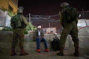 8 décembre 2015. Des soldats du bataillon Nachshon gardent un Palestinien appréhendé au cours d'une rafle de suspects au camp de réfugiés de Dheisheh, prés de Bathléem, en Cisjordanie. (Photo: Nati Shohat/Flash90)