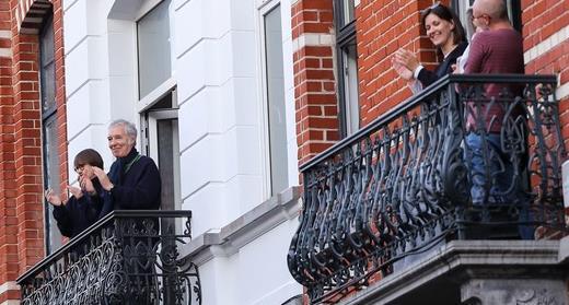 Des gens applaudissent au balcon en signe de respect pour les agents de santé qui sont au front du combat contre la pandémie de COVID-19, Bruxelles, Belgique, 14 avril.  Zhang Cheng / Xinhua