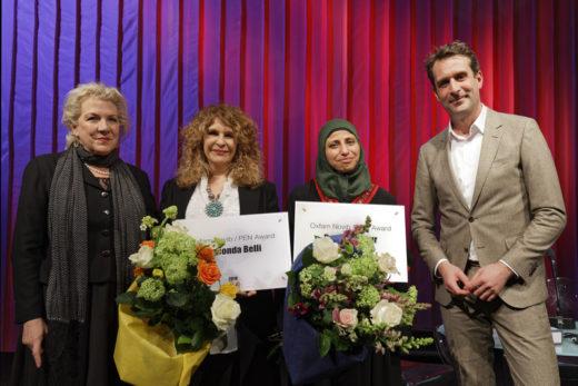 De gauche à droite, la présidente du PEN International, Jennifer Clement, les lauréates Gioconda Belli et Dareen Tatour et le directeur d'Oxfam Novib, Michiel Servaes