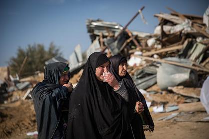 18 janvier 2017, désert du Néguev, dans le sud d'Israël. Des femmes bédouines retirent leurs biens des ruines de leurs maisons démolies dans le village non reconnu d'Umm al-Hiran. (Photo : Hadas Parush/Flash90)