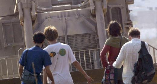 7 novembre 2003. Des activistes du Mouvement pour la solidarité internationale (MSI) tentent d'empêcher un bulldozer de l'armée israélienne de bloquer l'entrée du camp de réfugiés de Balata, en Cisjordanie occupée. Des documents récemment déclassifiés révèlent qu'en 2004, le FBI a enquêté sur des citoyens américains engagés dans des activités absolument légales en compagnie du groupe non violent. (Photo: Abed Omar Qusini Reuters)