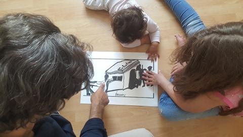 Au travers de ses peintures, caricatures et autres dessins, Ahmed Frassini évoque pour ses enfants son foyer en Palestine et leur explique qu'un jour, ils rentreront chez eux