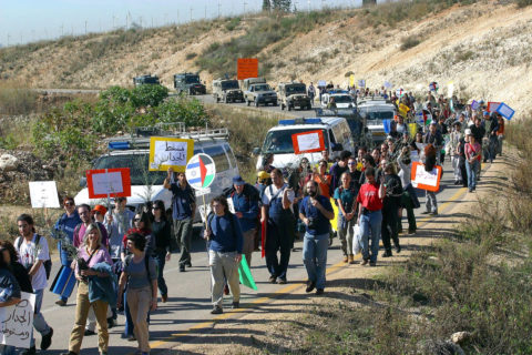 Une manifestation organisée en 2004 par des membres du mouvement anti-occupation Ta'ayush. Le mot qui revient constamment quand on parle à des activistes de gauche qui ont choisi de quitter Israël est « désespoir ». (Photo : Olivier Fitoussi)
