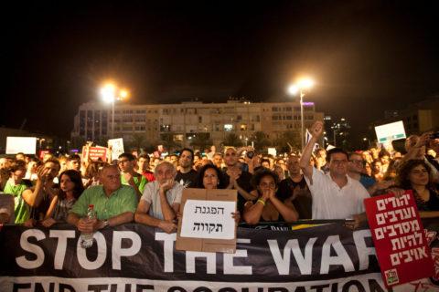 2014. Protestations à Tel-Aviv contre la guerre à Gaza. L'écriteau dit «Une manifestation d'espoir» et «Juifs et Arabes refusent d'être des ennemis». (Photo: Tomer Appelbaum)