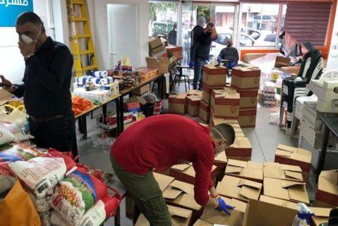 Des citoyens palestiniens volontaires à Haïfa préparent des cartons de nourriture pour des personnes âgées et des proches dans le besoin. (Photo : avec l'autorisation de Bilal Althousan)