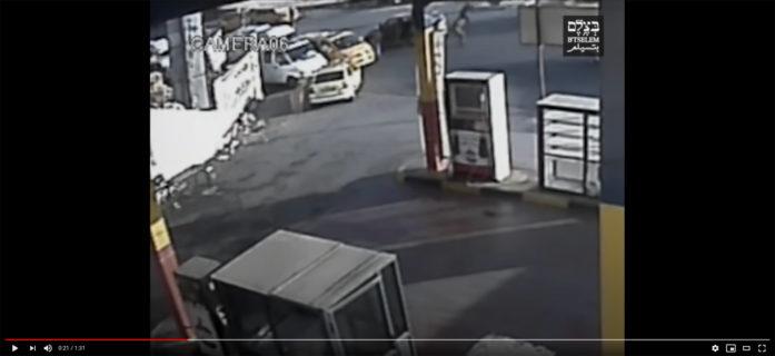 Photo extraite d'une vidéo montrant les soldats israéliens sortant de leur véhicule avant d'abattre mortellement Mohammad Kasba, 17 ans, alors qu'il s'enfuyait après avoir jeté une pierre