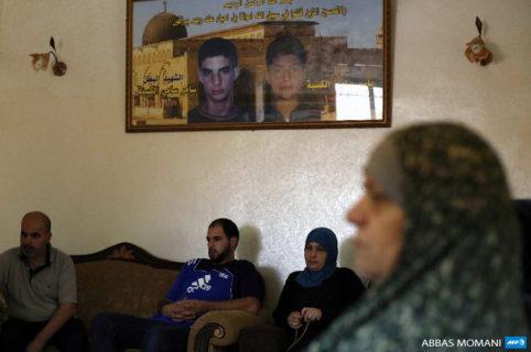 13 juillet 2015. Dans leur maison familiale du camp de réfugiés de Qalandia, près de Ramallah, Cisjordanie, les Kasba sont assis sous les portraits de leurs fils Samer, à gauche, et Yasser, qui ont été tués par les forces israéliennes en 2002 et 2001. (Photo: AFP / Abbas Momani )