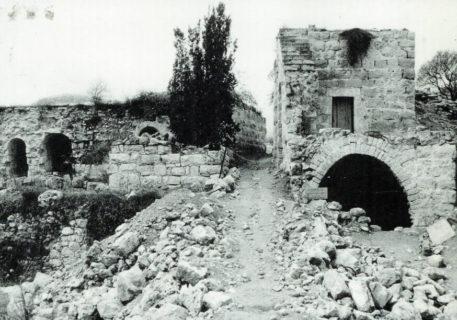 1986. Ruines de maisons laissées vides après le massacre de Deir Yassin. (Photo : deiryassinremembered.org)