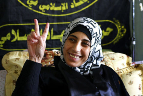 Hana Shalabi, prisonnière palestinienne libérée après 47 jours de grève de la faim, posant pour les photographes dans l'hôpital Al-Quds à Gaza le 2 avril, 2012 - Photo : Archives Info-Palestine.eu