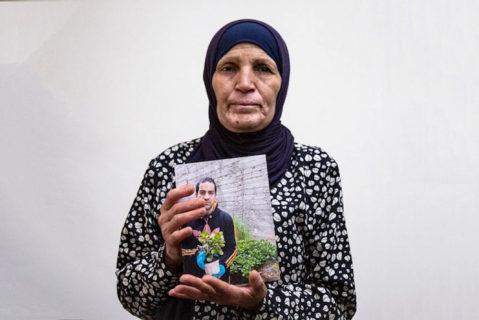 2 juin 2020. La mère d'Hallak, la Palestinien souffrant d'autisme et qui a été tué par des agents de la Police des frontières, montre une photo de son fils. (Photo : Activestills.org)