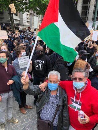 """Le drapeau palestinien à la manifestation """"Black lives Matter"""" à Bruxelles le 7 juin 2020"""
