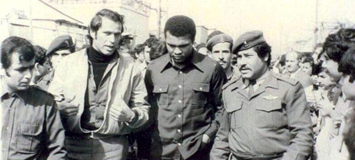 Photo historique de Mohamed Ali, visitant un camp de réfugiés palestinien