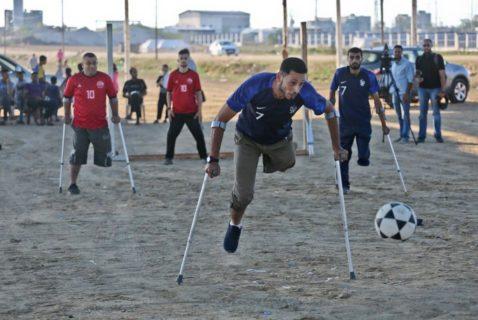 Gaza, décembre 2018. Des footballeurs gazouis montrent l'œuvre des snipers israéliens. (Photo : Mohammed Asad)