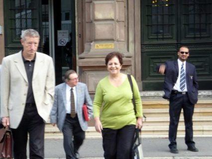 Farida Trichine et derrière elle, Jacques Ballouey (avec la veste bleue et le dossier rouge) au sortir d'une audience