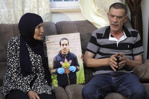 Les parents (Khiri, le père, et Rana, la mère) d'Eyah Hallaq, un autiste palestinien de 32 ans abattu et tué par la police israélienne, au cours d'une interview à Jérusalem, le mercredi 3 juin 2020. La famille explique qu'il est à espérer que les agents soient poursuivis, après qu'a été confirmée l'existence d'une prise de vue du drame par une caméra de sécurité. (Photo: AP / Mahmoud Illean)