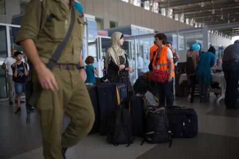 13 juillet 2014. Des Palestiniens en attente au passage d'Erez, entre Gaza et Israël. (Photo : Flash90)