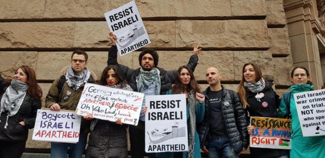 Les Humboldt3 avec leurs soutiens à l'extérieur du palais de justice de Berlin. 4 mars 2019. Photo : Jamy Jamel
