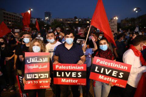 Des milliers de manifestants israéliens et palestiniens participent à une manifestation au square Rabin contre le plan d'annexion du gouvernement. Tel-Aviv, le 6 juin 2020. (Photo : Oren Ziv)