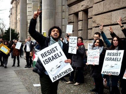 Avant sa comparution, Majed Abusalama assiste à une action de protestation (Magda Stefanenco/Facebook)