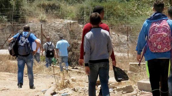 Des Palestiniens, adultes et adolescents, en route pour traverser la barrière de séparation et aller travailler en Israël. (Photo : Alex Levac, 6 juin 2020)