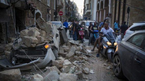 Des habitants tentent de circuler dans une rue dévastée de Beyrouth, après l'explosion du 4 août 2020  Daniel Carde/Getty Images/AFP
