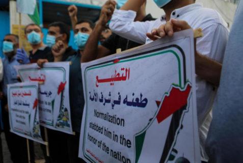Des manifestants se sont rassemblés à Gaza devant un bâtiment de l'Unesco le 15 septembre pour dénoncer les accords de normalisation - Photo: MEE/Mohammed al-Hajjar