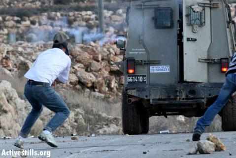 Mustafa Tamimi, un Palestinien de 22 ans, de Nabi Saleh, quelques secondes avant qu'un soldat israélien ne lui tire de près une grenade lacrymogène en plein visage, à Nabi Saleh, le 12 décembre 2011. (Photo: Haim Scwarczenberg)