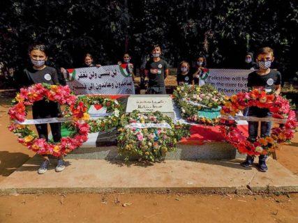 Devant le monument des martyrs du camp de Sabra et Chatila